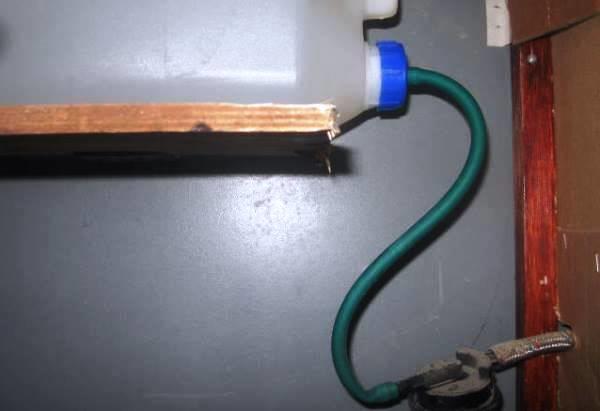 Бак с водой и отводной шланг в ниппельной системе