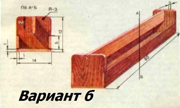 Деревянная кормушка в виде корыта