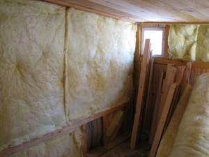 Важно утеплить стены курятника стекловатой или пенопластом