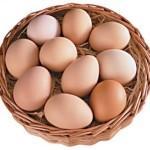 Куриные яйца в корзинке