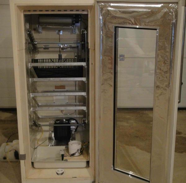 Обшивка корпуса инкубатора, сделанного из холодильника