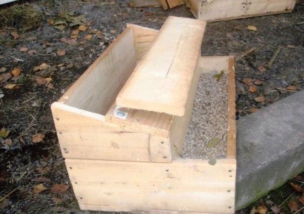 Деревянный ящик для кормления